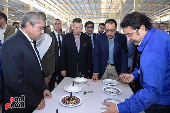 رئيس الوزراء خلال زيارته لبنى سويف وزيارة مجمع مصانع العربى (3)