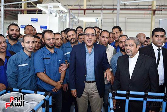 رئيس الوزراء خلال زيارته لبنى سويف وزيارة مجمع مصانع العربى (6)