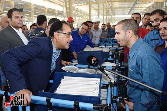 رئيس الوزراء خلال زيارته لبنى سويف وزيارة مجمع مصانع العربى (5)