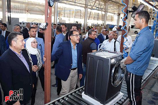 رئيس الوزراء خلال زيارته لبنى سويف وزيارة مجمع مصانع العربى (9)