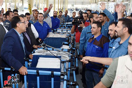 رئيس الوزراء خلال زيارته لبنى سويف وزيارة مجمع مصانع العربى (4)