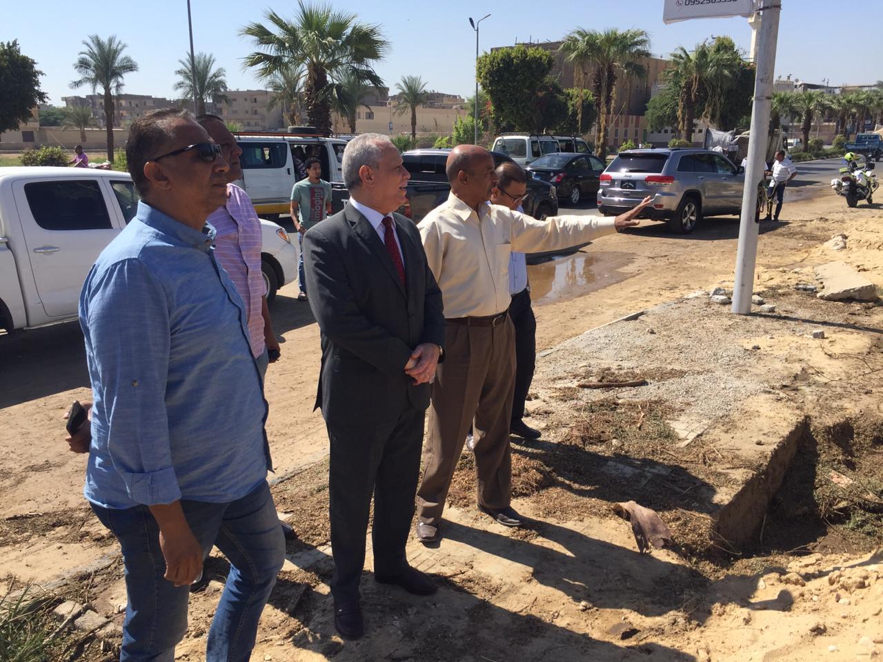 محافظ الأقصر يتفقد إصلاحات خطوط الصرف ورصف الطرق  (4)