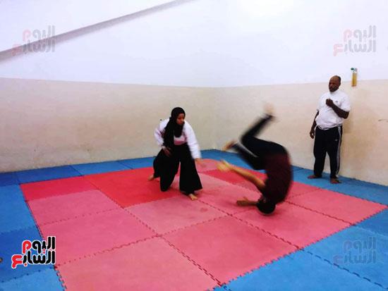 اللاعبة فاطمة احمد تتغلب على الخصم وتطرحه أرضا