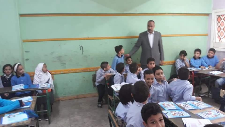 التعليم تتابع وصول الكتب المدرسية إلى الطلاب فى المدارس (5)