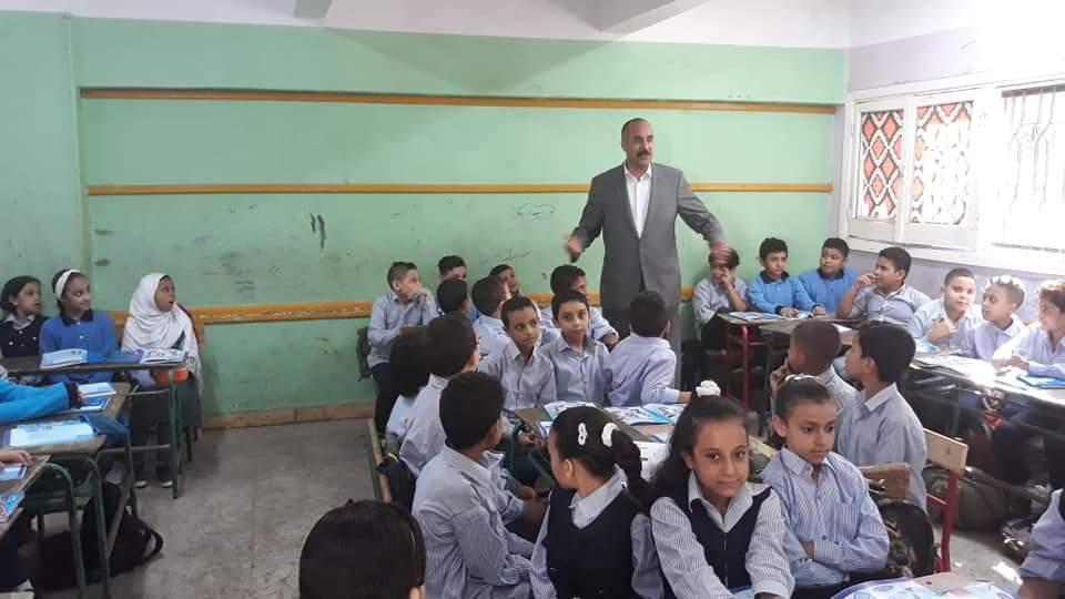 التعليم تتابع وصول الكتب المدرسية إلى الطلاب فى المدارس (2)