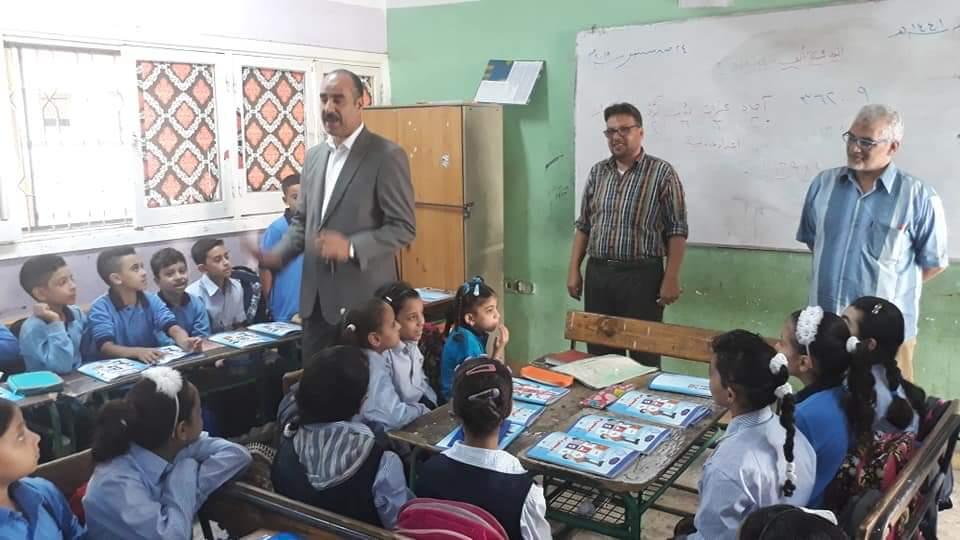 التعليم تتابع وصول الكتب المدرسية إلى الطلاب فى المدارس (6)