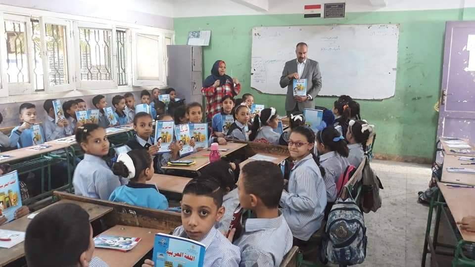 التعليم تتابع وصول الكتب المدرسية إلى الطلاب فى المدارس (1)