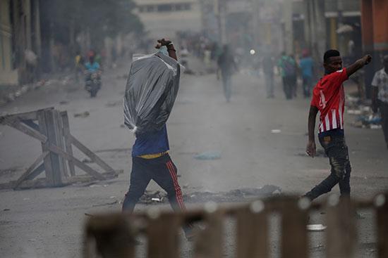 متظاهرون-يمشون-في-الشوارع