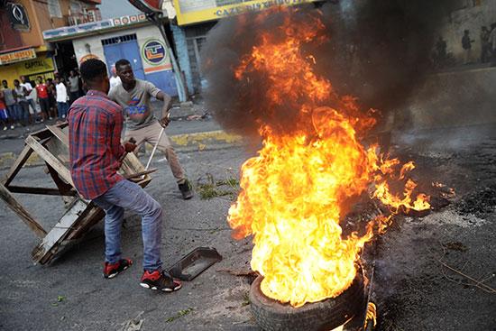 المتظاهرون-يحرقون-موقفًا-في-أحد-الشوارع