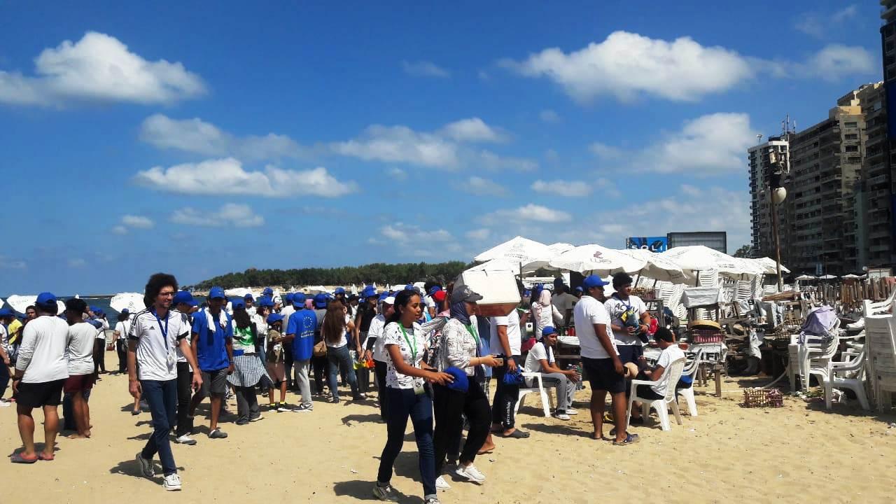 الشباب ينظفون الشواطئ (12)