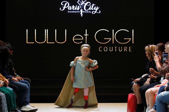 الطفلة تستعرض الأزياء