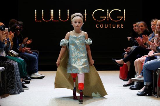 تسير الطفلة خلال عرض الأزياء
