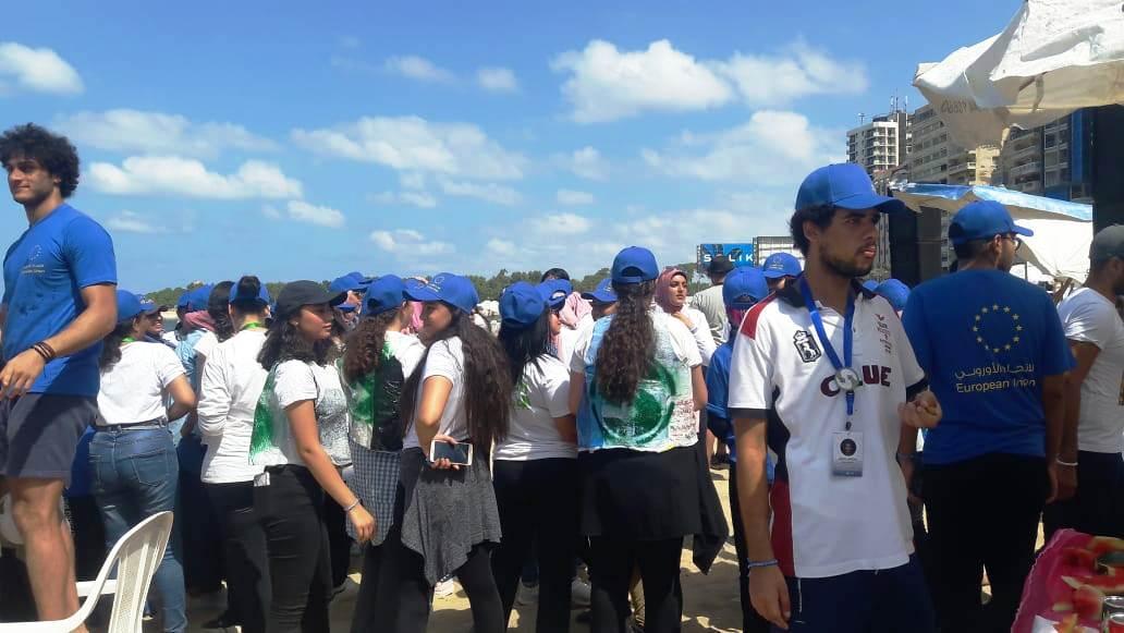 الشباب ينظفون الشواطئ (15)