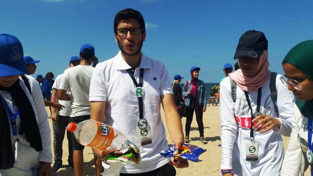 الشباب ينظفون الشواطئ (2)