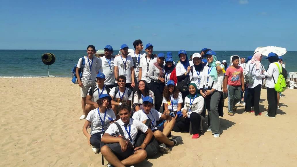 الشباب ينظفون الشواطئ (3)
