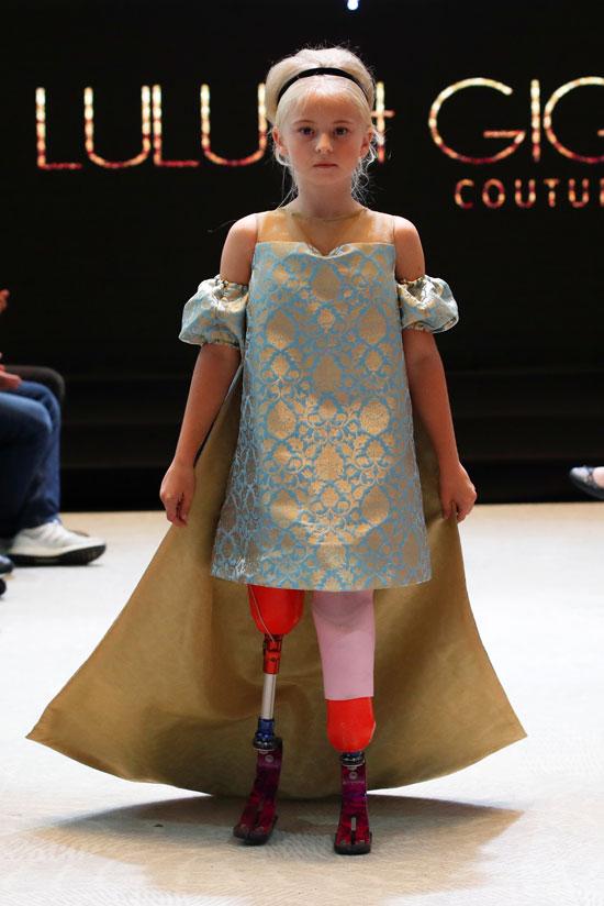 الطفلة ديزى ماى خلال العرض