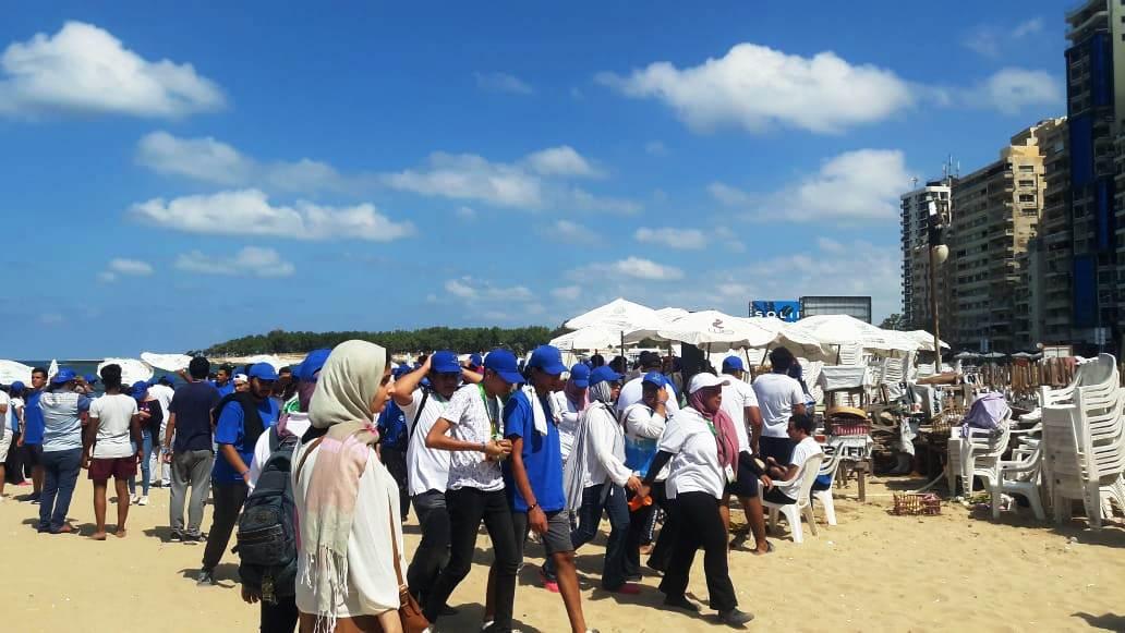 الشباب ينظفون الشواطئ (4)