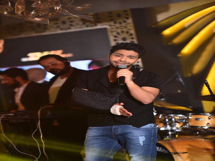 احمد جمال يغني فى أحد الحفلات أثناء كسر ذراعه