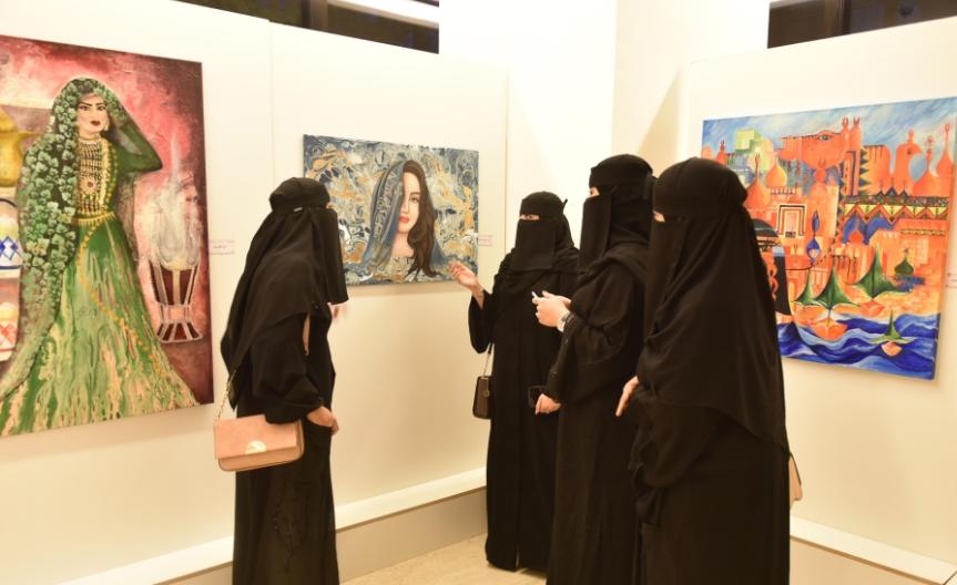 السيدات يتفقدن المعرض