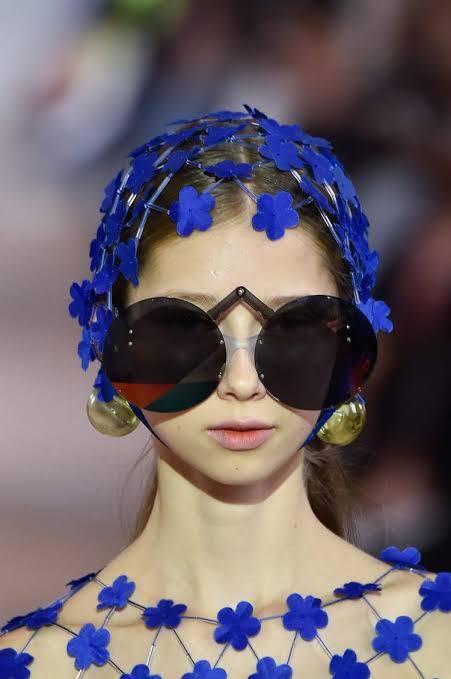 عارضة أزياء بنضارات شمسية وغطار للرأس