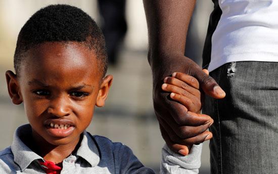 فتى-من-ذوى-الأصول-الأفريقية-يحضر-القداس