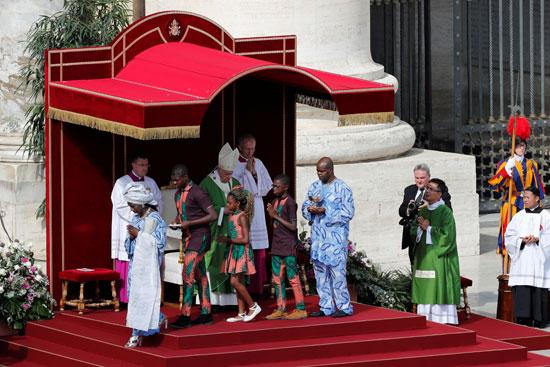 مهاجرون-يلتمسون-البركة-من-بابا-الفاتيكان