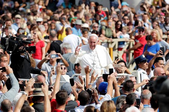 البابا-يلوح-لمستقبلية-فور-دخوله-ساحة-القديس-بطرس
