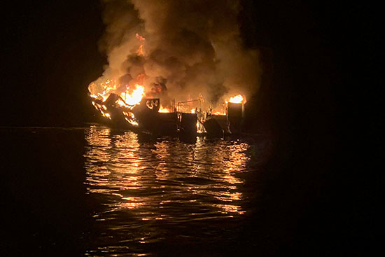 النيران تلتهم السفينة