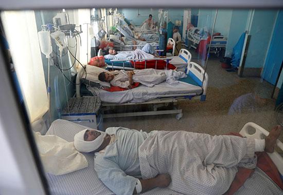 مصابو الحادث يتلقون العلاج فى المستشفى