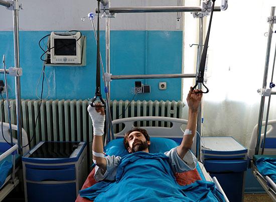 مصاب يتلقى العلاج فى المستشفى