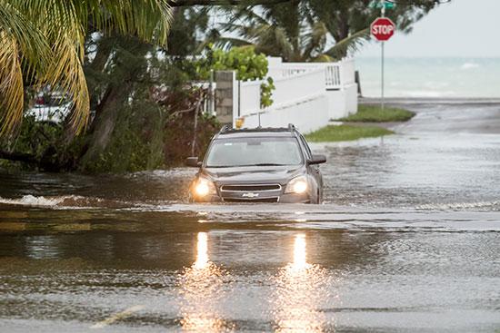 سيارة تغرق فى مياه الإعصار