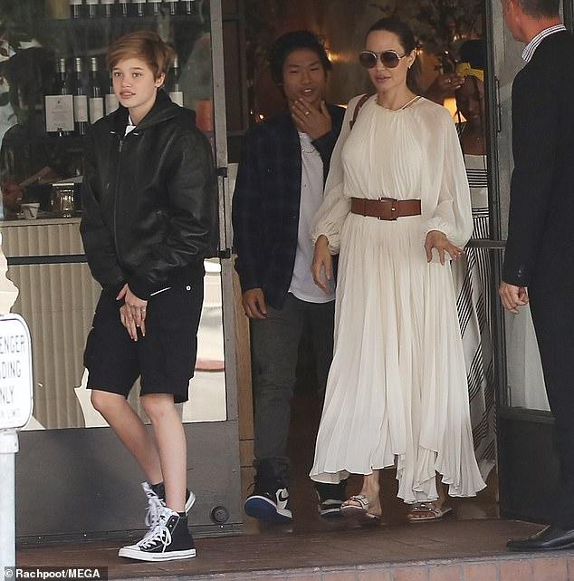 جولي مع ابنائها