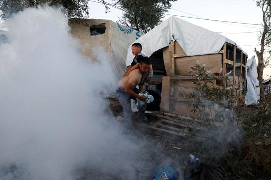 الشرطة تطلق الغاز على المهاجرين