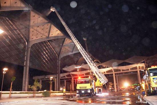 سيارات الإطفاء تواصل عمليات التبريد