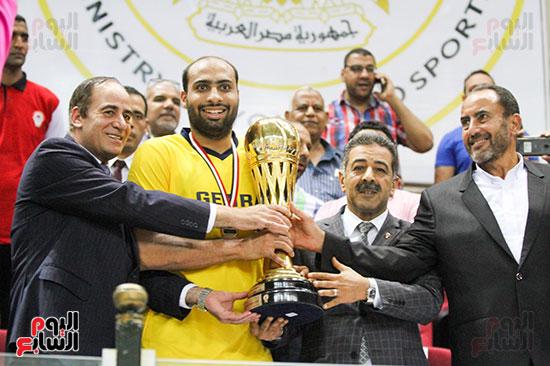 تسليك كأس السوبر لكرة السلة لفريق الجزيرة