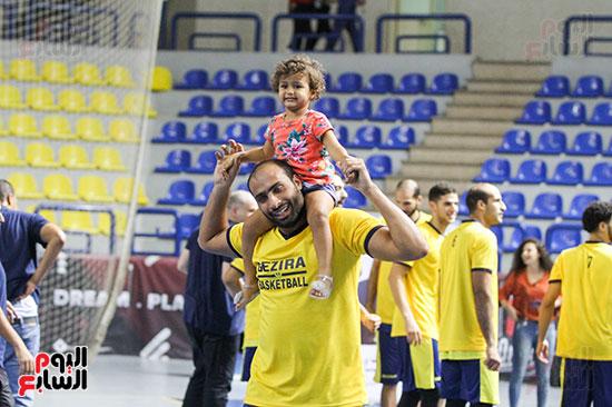 احتفال اللاعبين مع أبنائهم بكأس السوبر لكرة السلة