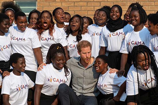 الأمير هارى وسط فتيات مالاوى