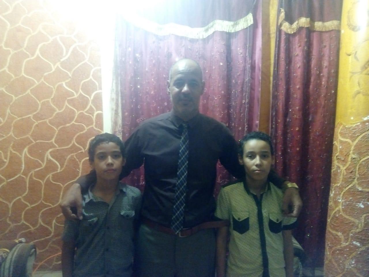 مدير مدرسه باسيوط ينظف الحمامات (6)