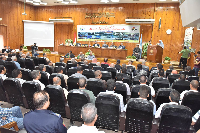 محافظ أسيوط يترأس الاجتماع التنسيقى للتدريب العملى على مواجهة مخاطر السيول (7)