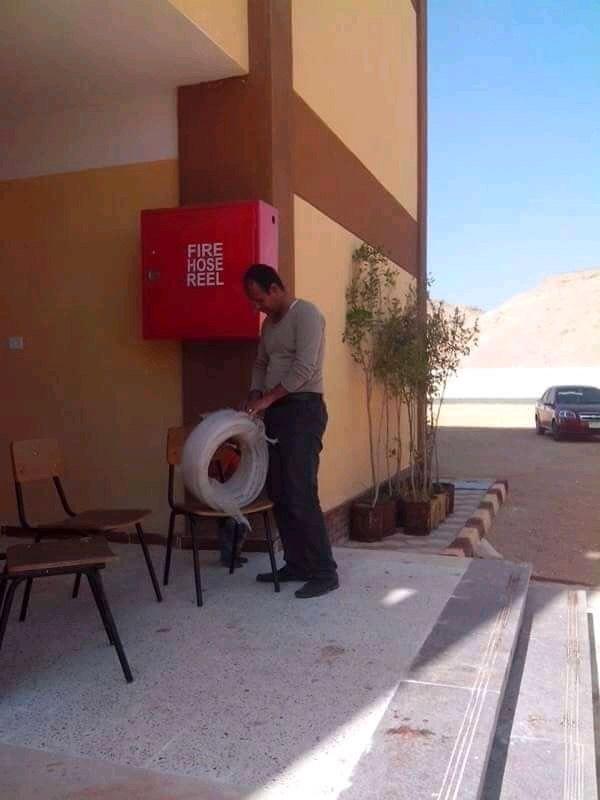 مدير مدرسه باسيوط ينظف الحمامات (8)