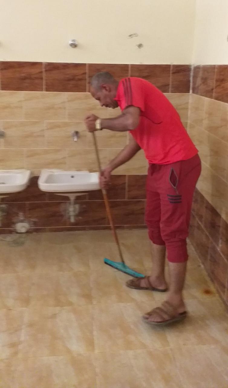 مدير مدرسة للتعليم الأساسى بأسيوط ينظف الحمامات استعدادا للعام الدراسى الجديد (2)