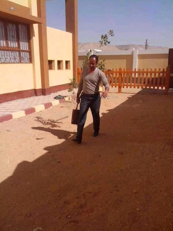 مدير مدرسه باسيوط ينظف الحمامات (3)