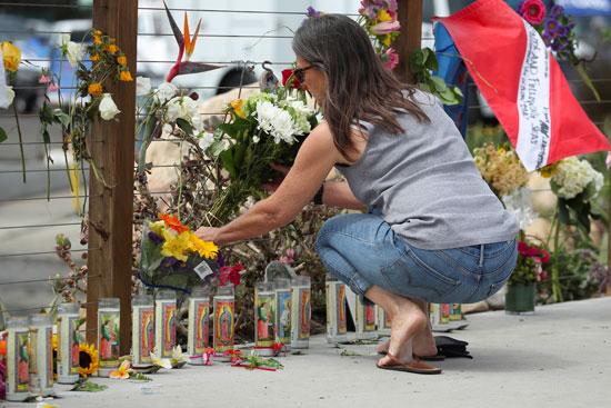 أحد المواطنين يضع الورود تأبينا للضحايا