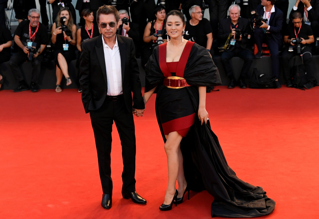 جونج لي وزوجها الموسيقار جان ميشال بمهرجان فينسيا (7)