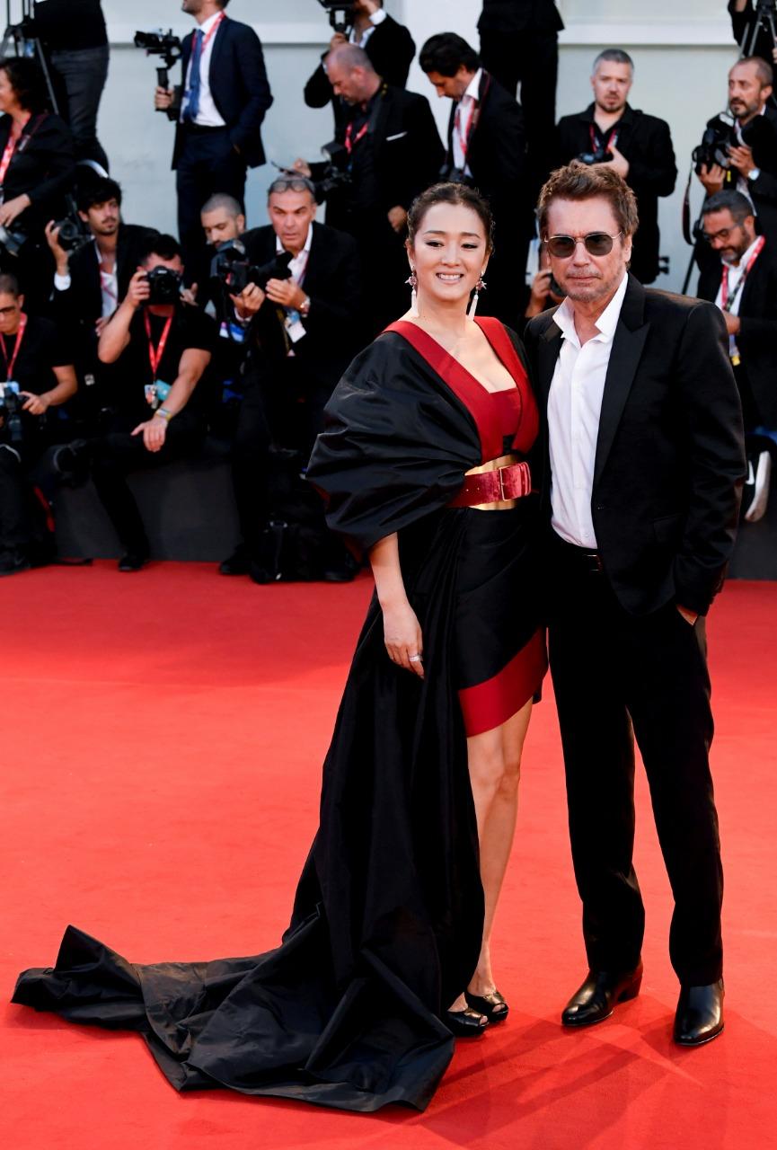 جونج لي وزوجها الموسيقار جان ميشال بمهرجان فينسيا (2)