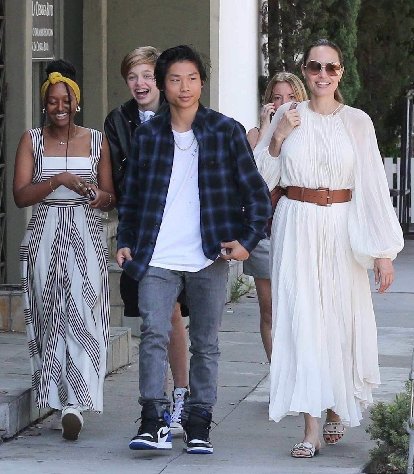 أنجلينا برفقة أولادها