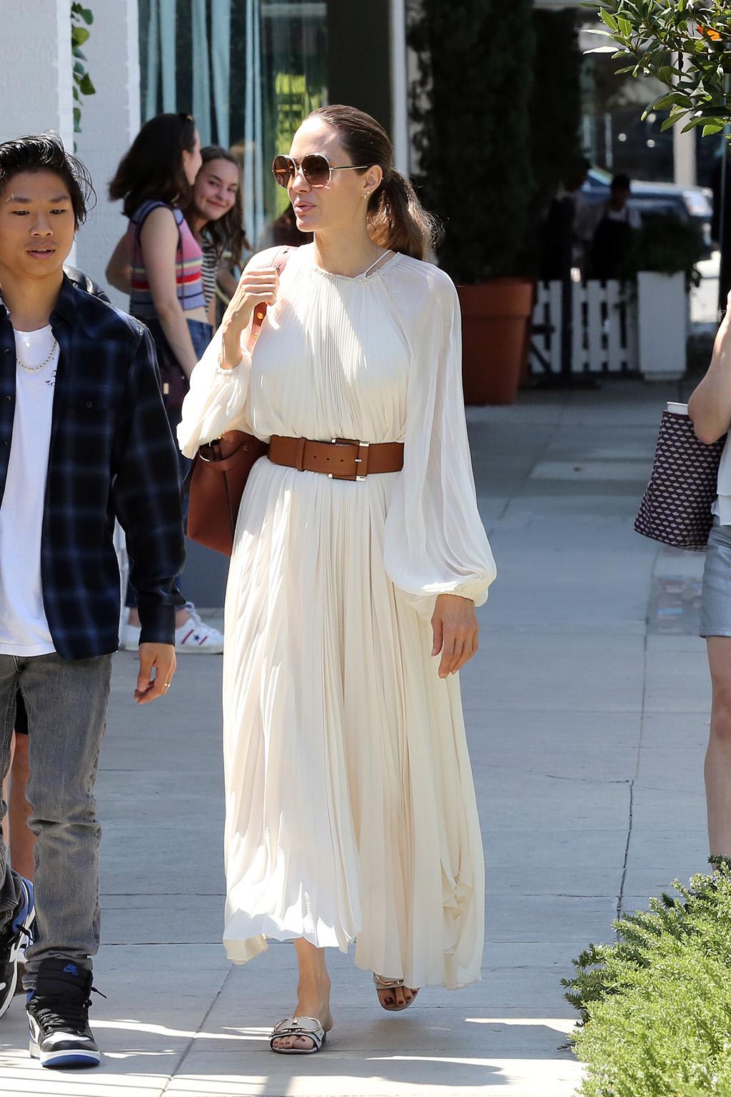 أنجلينا جولى بالفستان الأبيض