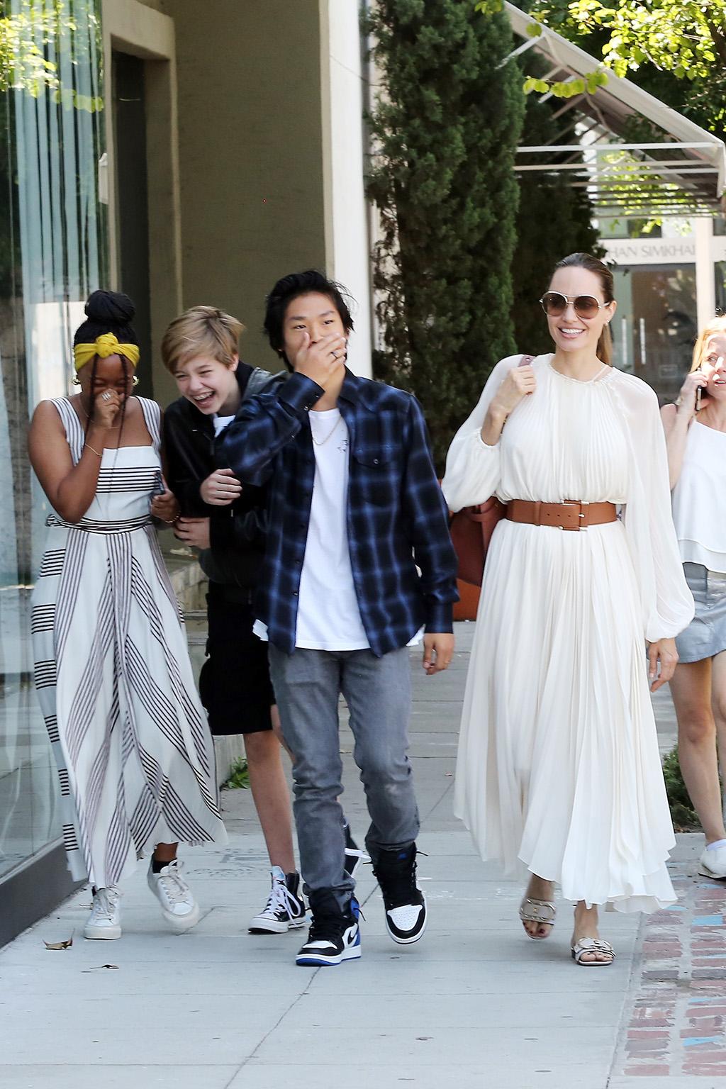 أنجلينا جولى مع أولادها بالتبنى