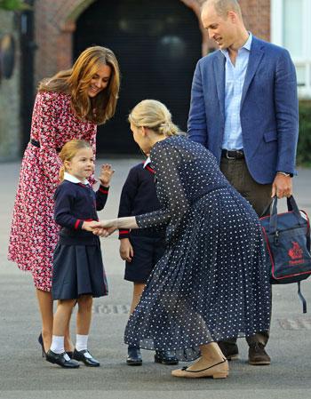 مديرة المدرسة تستقبل الأميرة شارلوت