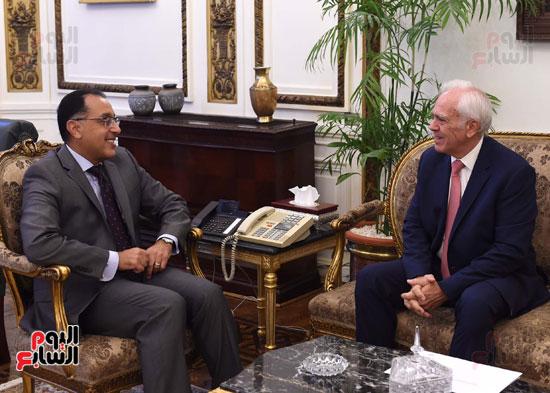 رئيس الوزرا يستقبل السفير اليوناني بالقاهرة (1)